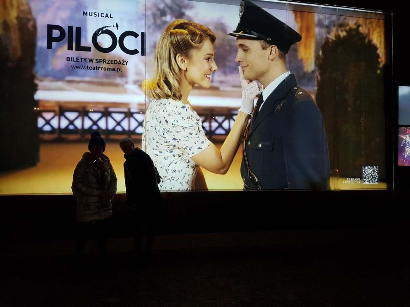 Ekran przed Teatrem Roma.