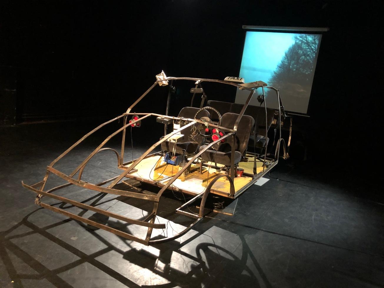 Podobał mi się pomysł na scenografię - szkielet samochodu, którego tłem była projekcja jazdy ulicami rozświetlonej Warszawy.